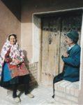 5/30 - Bejaard echtpaar voor hun huis in Abyaneh, een bergdorp waarin de bewoners een paar honderd jaar geleden nog zoroastriërs waren. Hier is men de traditionele dracht blijven dragen