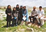 30/30 - Studenten Landbouwuniversiteit van Zanjan op opgravingsterrein van Takht-e Suleiman met chauffeur Aram en auteur (tweede en derde van rechts)