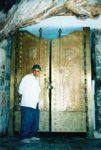 10/30 - Bewaker voor tempeldeur van zoroastrische grottempel van Chek Chek, een belangrijk pelgrimscentrum